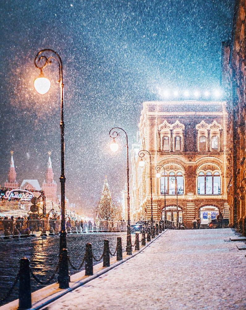 Il GUM, imponente palazzo nel centro di Mosca che occupa tutto il lato della Piazza Rossa di fronte al Cremlino.
