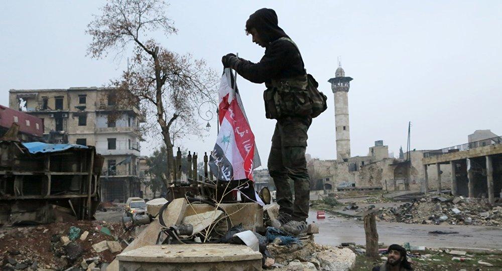 Militare siriano in un distretto liberato di Aleppo est