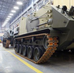 Il montaggio del veicolo di trasporto truppe BTR-MDM Rakushka.