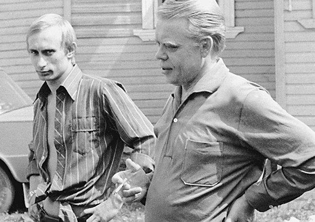 Giovane Vladimir Putin e un suo conoscente (foto d'archivio)