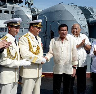 Rodrigo Duterte a bordo della nave militare russa a Manila