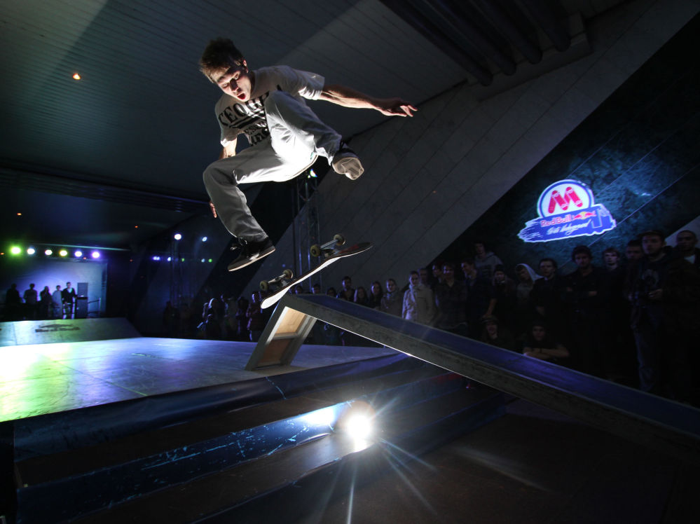 Un campionato di skateboard nella metropolitana.