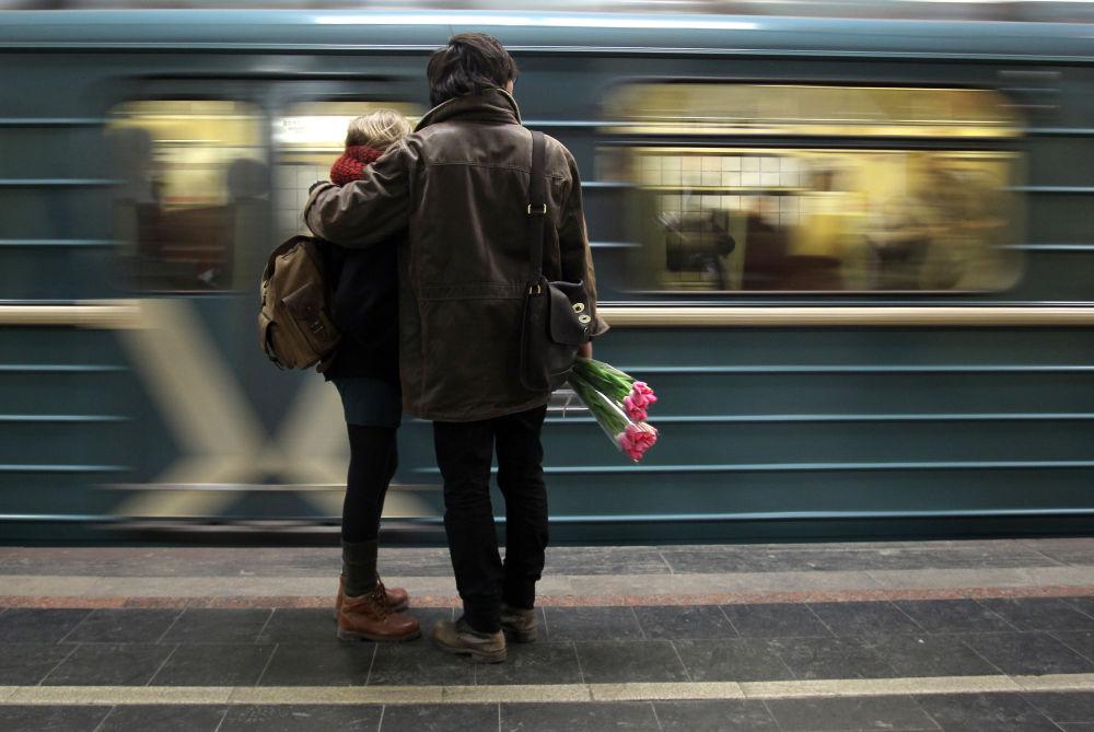 Due innamorati aspettano il treno.