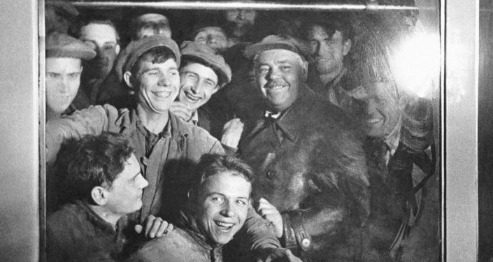 Operai nel primo vagone della metropolitana di Mosca nel 1935.