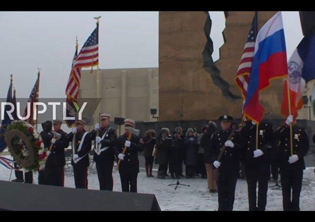 Un coro americano esegue l'inno russo