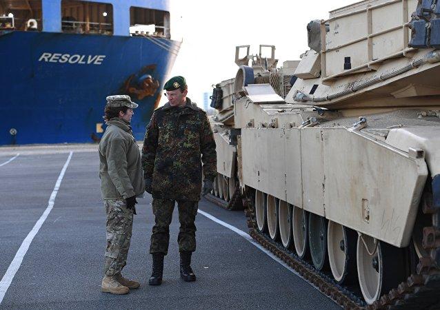 Carri armati americani nel porto tedesco di Bremerhaven