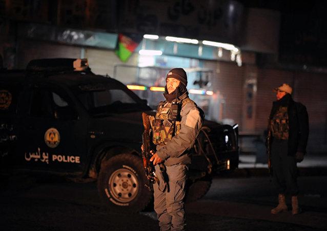 Poliziotto afghano sul luogo dell'esplosione a Kandahar