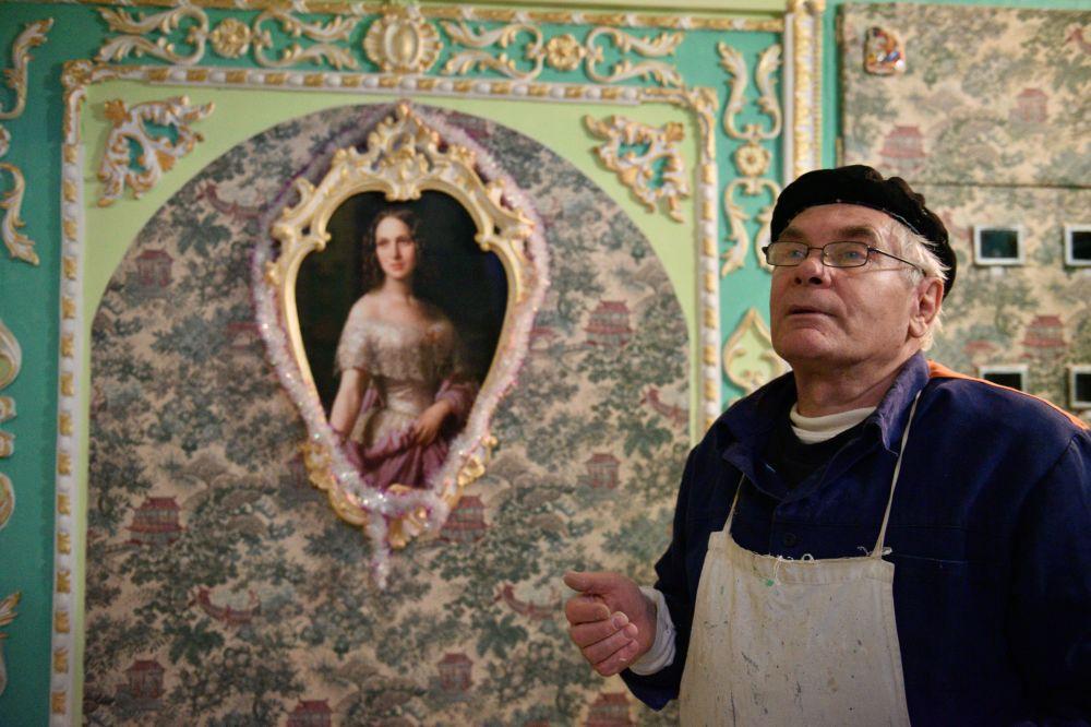 Pensionato ucraino dipinge un androne in stile barocco.