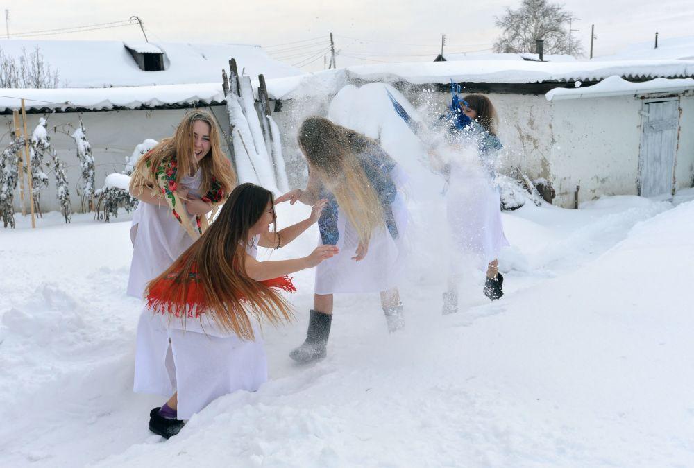 Ragazze alla festa invernale di Svyatki nel villaggio di Petrovskoye nella regione di Chelyabinsk.