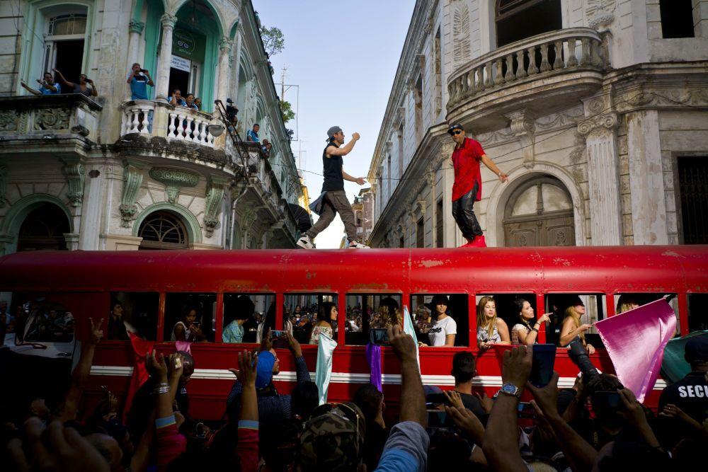 Il cantante Enrique Iglesias e il cantante cubano Descemer Bueno fanno un clip all'Avana in Cuba.
