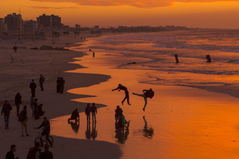Gli abitanti della città palestinese di Gaza al tremonto.