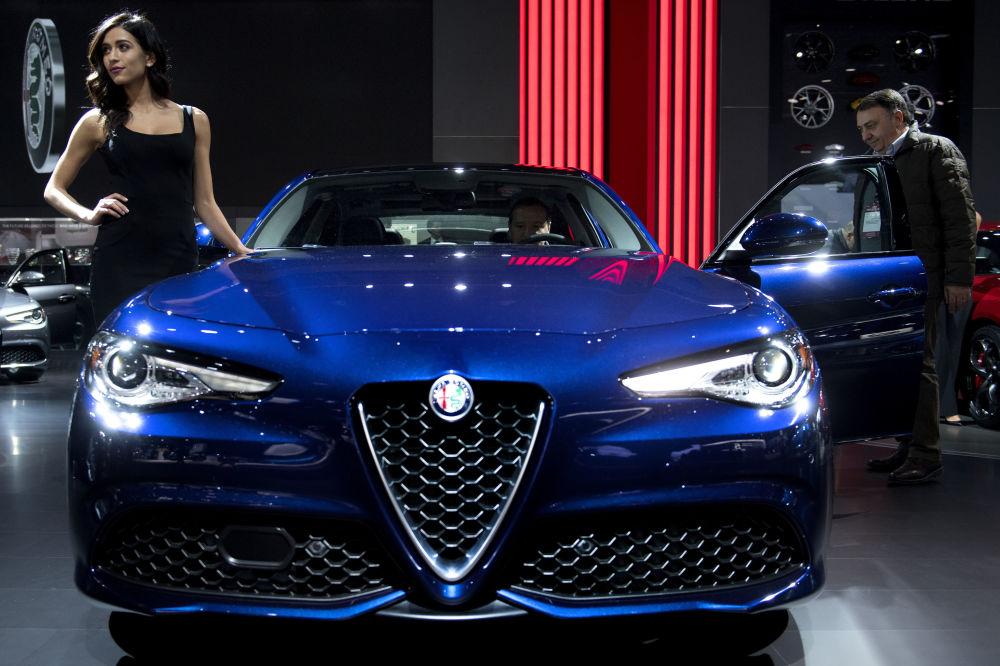 Una modella e la Alfa Romeo Giulia durante un Auto Show a Detroit.