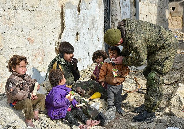 Soldato russo con dei bambini per le strade di Aleppo