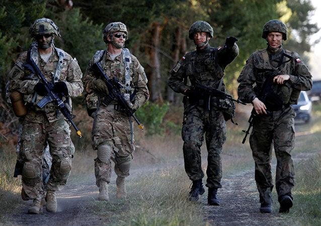 Soldati polacchi e americani durante esercitazione NATO