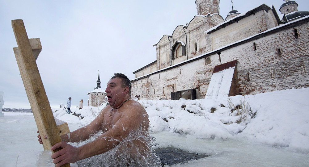 Ortodosso si immerge nell'acqua gelata per il Battesimo