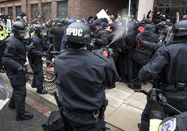 Scontri tra polizia e manifestanti a Washington DC durante l'inauguration day