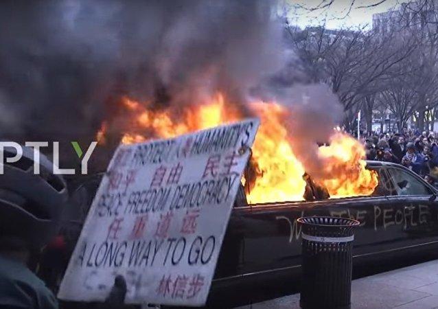 Manifestanti anti-Trump danno alle fiamme una limousine