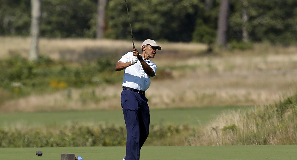 Barack Obama mentre gioca a golf