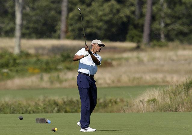 Barack Obama mentre gioca a golf