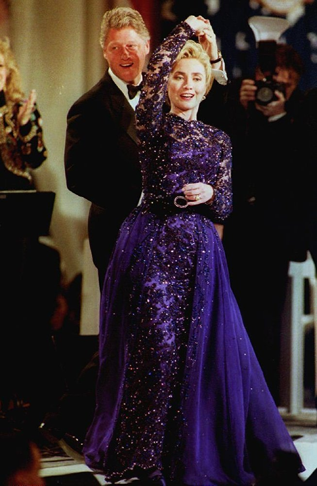 Il presidente Bill Clinton balla con la first lady Hillary Clinton durante the Arkansas inaugural ball a Washington, DC, il 20 gennaio, 1993.