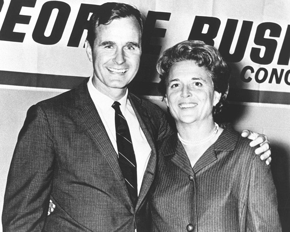 George Herbert Walker Bush con sua moglie Barbara durante la sua campagna negli anni 1960.