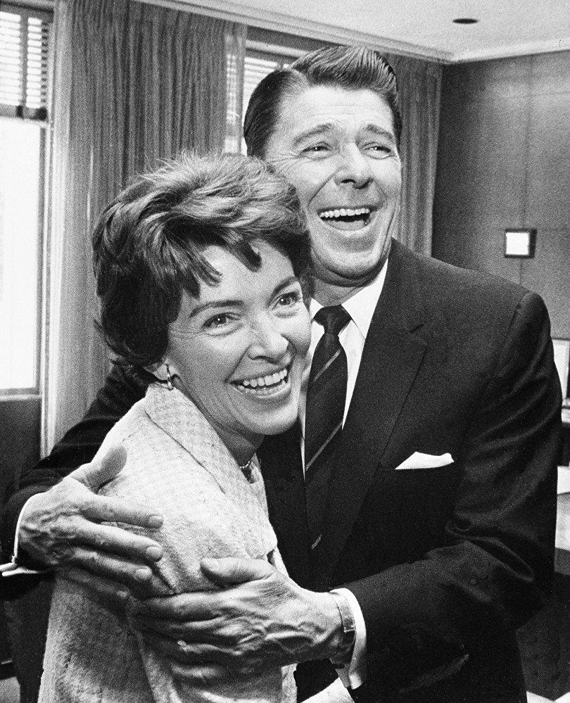 Ronald Reagan con sua moglie Nancy nel suo ufficio a Sacramento nel aprile del 1967.