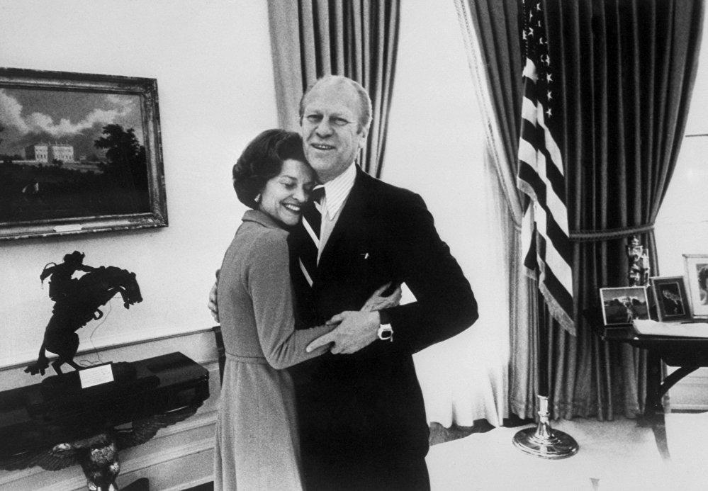 Il presidente Gerald Ford abbraccia sua moglie Betty alla Casa Bianca, il 30 dicembre, 1974.