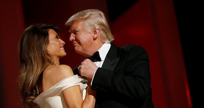 Il presidente degli USA Donald Trump e la first lady Melania Trump si lanciano nel primo ballo presidenziale al Liberty Ball, il 20 gennaio, 2017.
