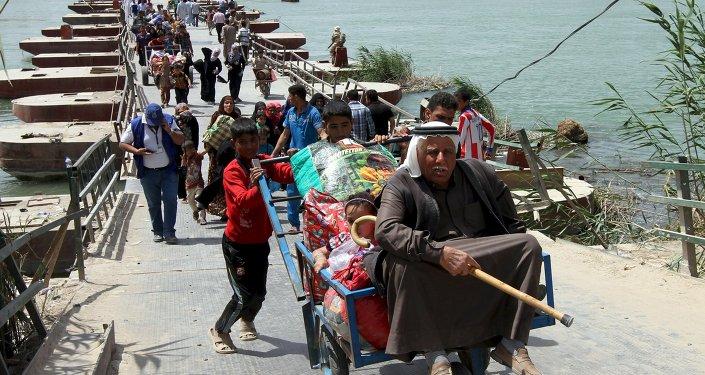 Profughi stanno lasciando la città irachena di Ramadi