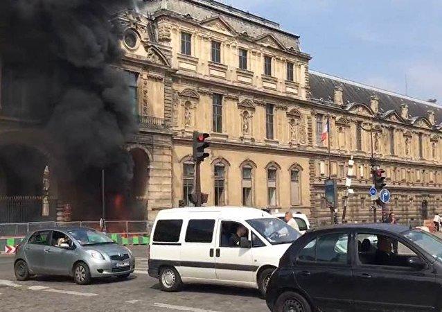 Attacco vicino a Louvre