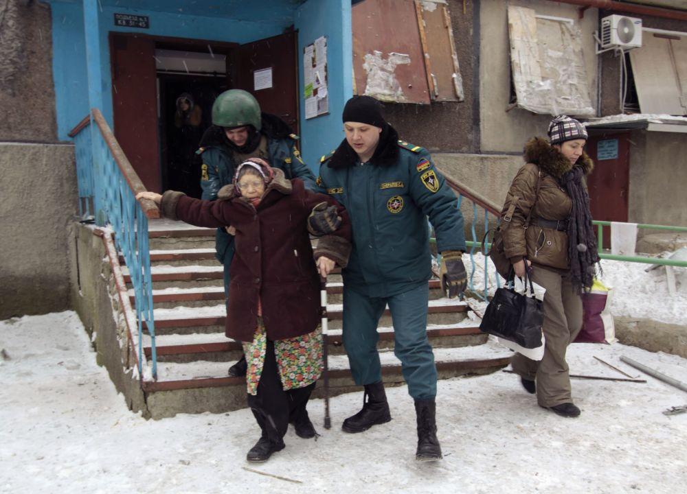 Evacuazione di abitanti di Donetsk dai quartieri pericolosi.