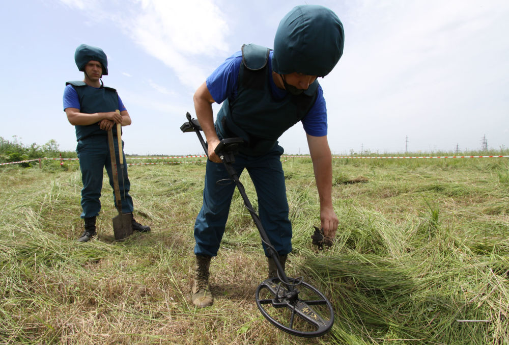 Genieri del Ministero delle Emergenze della DNR esaminano un campo nella regione della città di Debaltsevo.