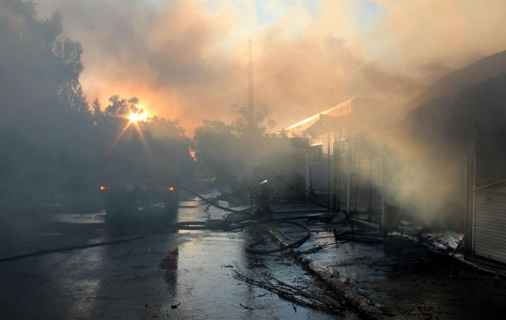 Vigili di fuoco estinguono un incendio al mercato Oktyabrsky causato da un proettile durante un bombordamento nella città di Donetsk.