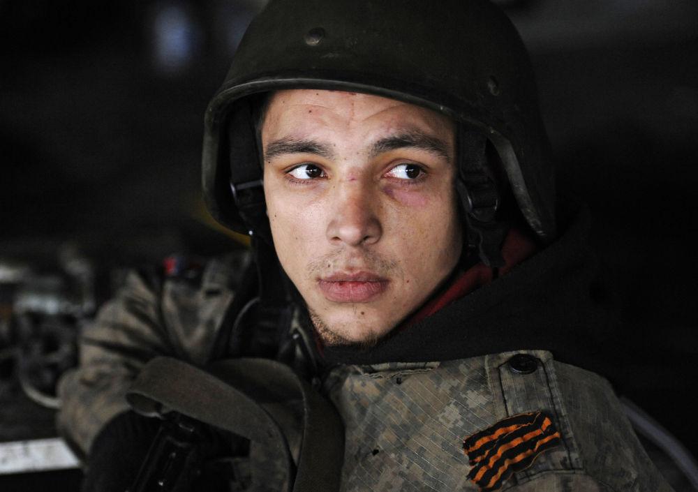 Un miliziano della Repubblica popolare di Donetsk all'aeroporto di Donetsk.