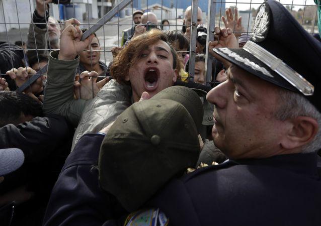 Immigrati vs la polizia ad Atene, Grecia