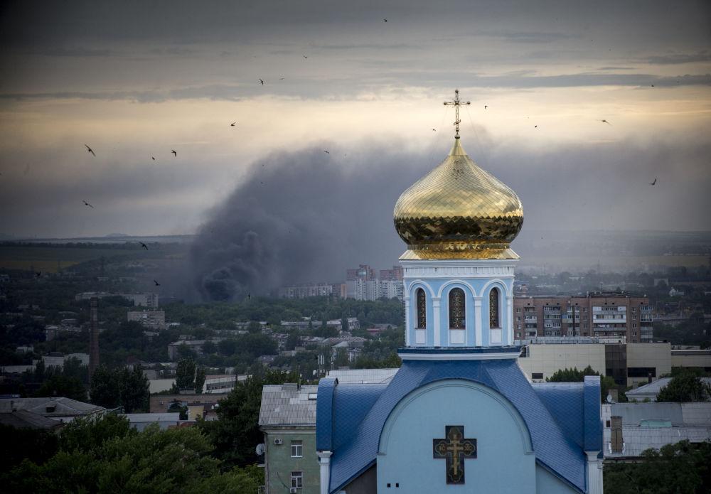 Un incendio durante i bombardamenti di Lugansk.