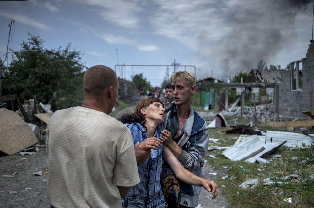 Gli abitanti locali nella regione di Lugansk dopo l'attacco aereo delle forze armate ucraine.