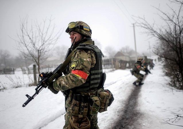 Soldati ucraini vicino alla linea di contatto nel Donbass