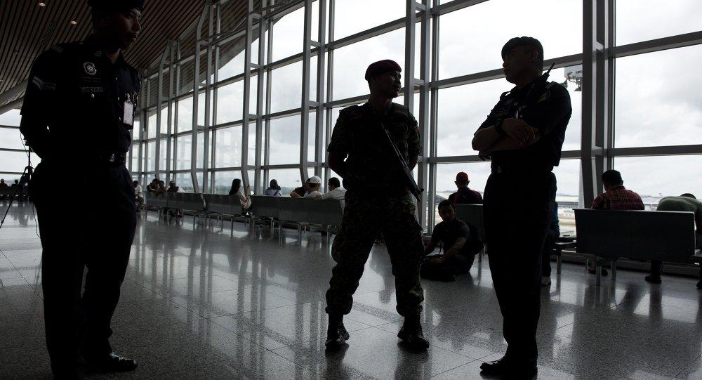 Poliziotti all'aeroporto di Kuala Lumpur