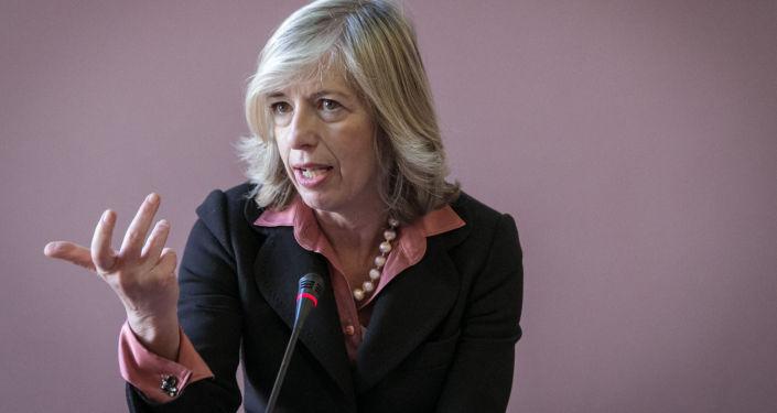 Il ministro dell'Istruzione, Stefania Giannini, annuncia 3 miliardi in più per la scuola.