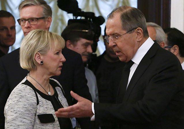 Il ministro degli Esteri russo Sergey Lavrov e la sua collega Margot Wallstrom, il 21 febbraio, 2017.