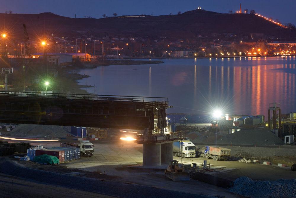 Come procede la costruzione del ponte per la Crimea