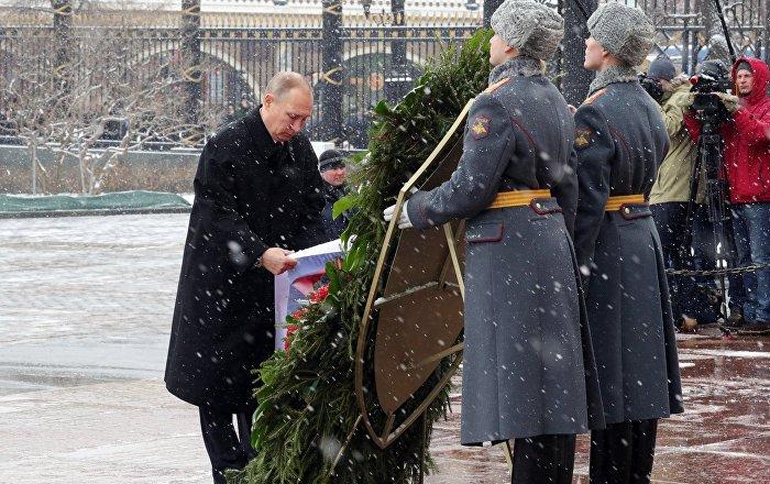 Vladimir Putin rende omaggio al Milite Ignoto