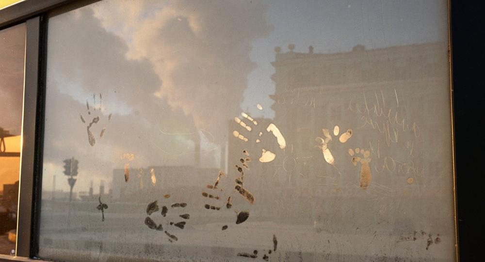 Una veduta di Noril'sk attraverso il finestrino di un autobus