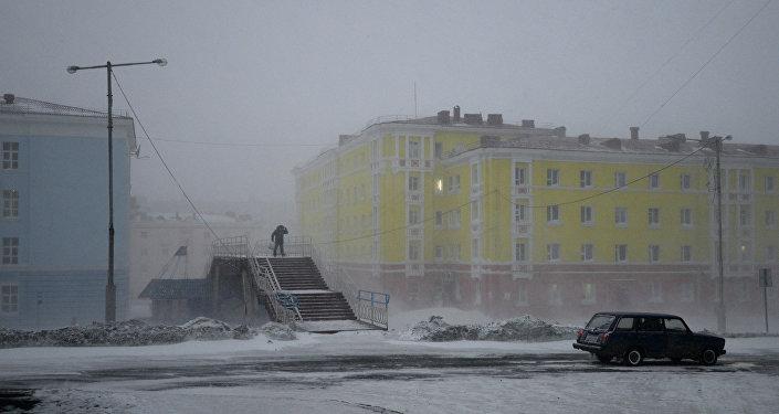 Una strada di Noril'sk durante una tempesta di neve
