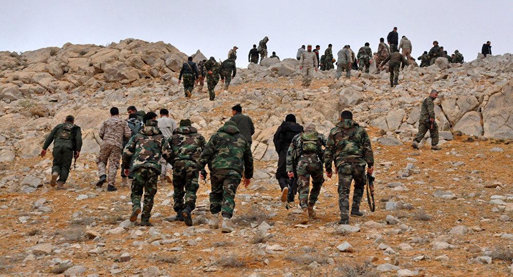 Militari dell'esercito siriano nei pressi di Palmira