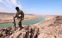 Miliziano curdo a nord di Raqqa presso l'Eufrate