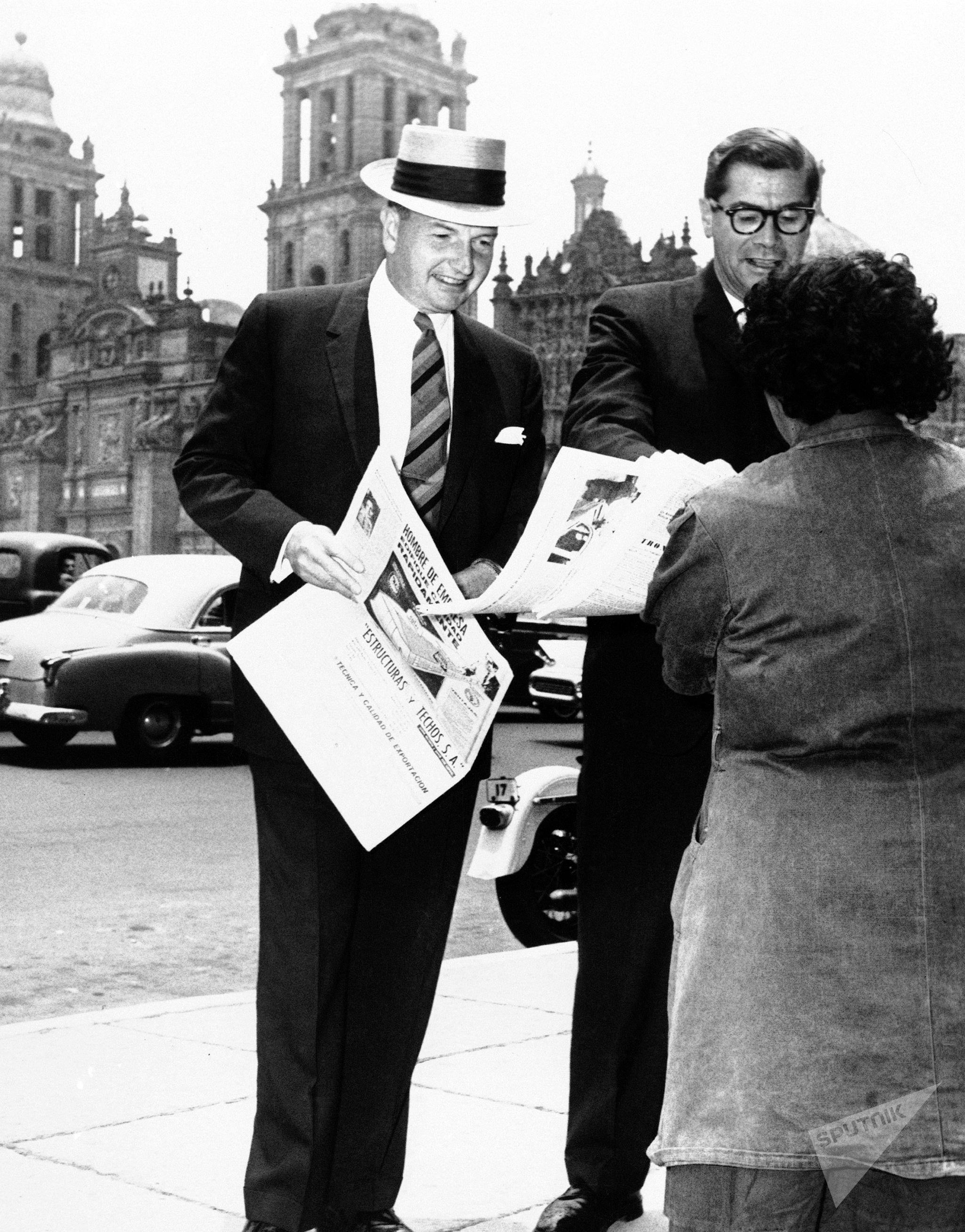 David Rockefeller compra un giornale nella città del Messico, 1963.