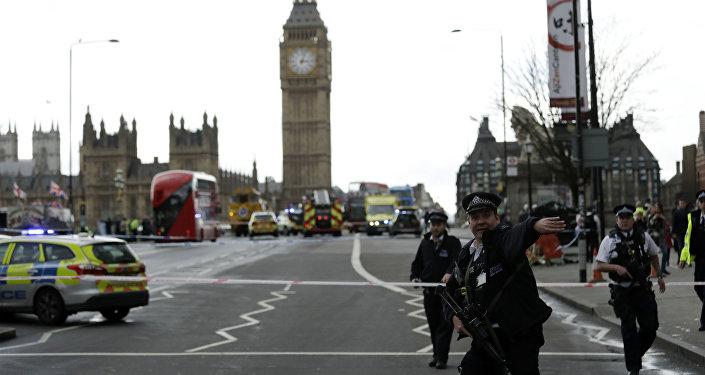 Attacchi Londra, raid della polizia in sei abitazioni: sette arresti