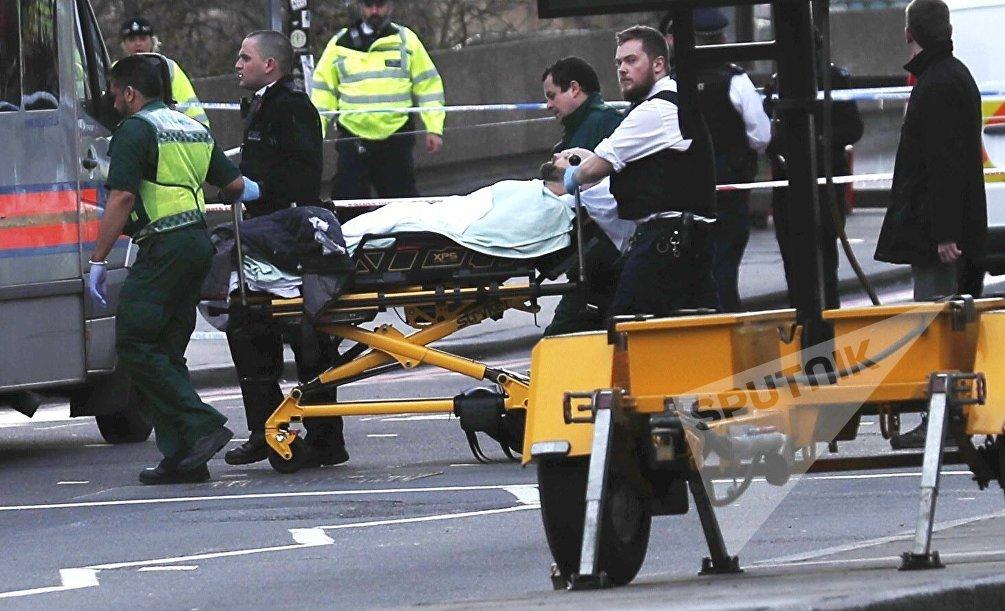 Una persona viene portata via in barella dal ponte di Westminster